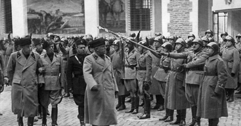 Бенито Муссолини на смотре войск. 1940 г.