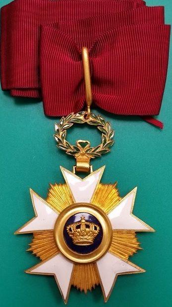 Аверс и реверс знака Великого офицера Ордена Короны на шейной ленте.