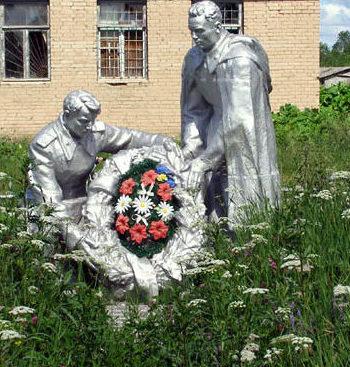 д. Мошковые Поляны Лужского р-на. Памятник, установленный на братской могиле, в которой похоронено 18 советских воинов.