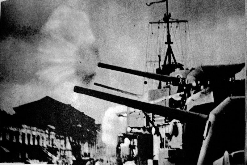 Лидер «Харьков» ведет огонь по вражеским позициям. 1941 г.