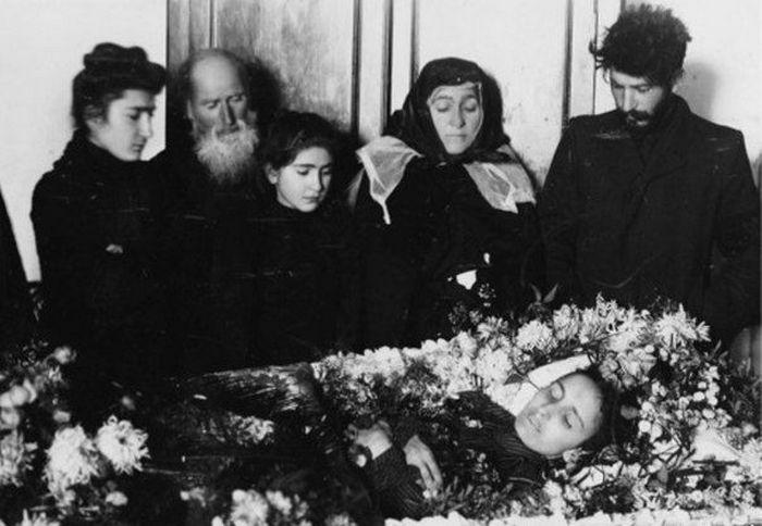 Коба на похоронах Като Сванидзе. 1907 г.