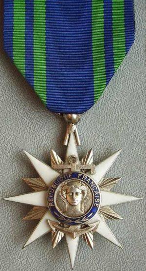 Аверс и реверс серебряного знака Кавалера ордена Морских заслуг.