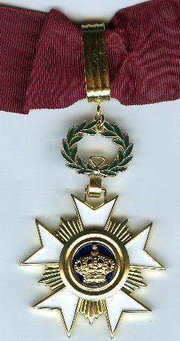 Знак Командора Ордена Короны на шейной ленте.