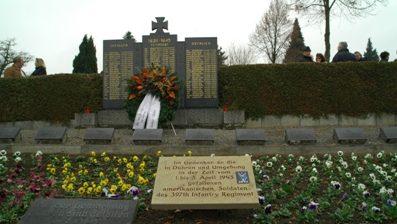 д. Дюрен (г.Зинсхайм). Памятник, установленный у могил 21 американского солдата 397-го пехотного полка, погибших в погибших в 1945 году.