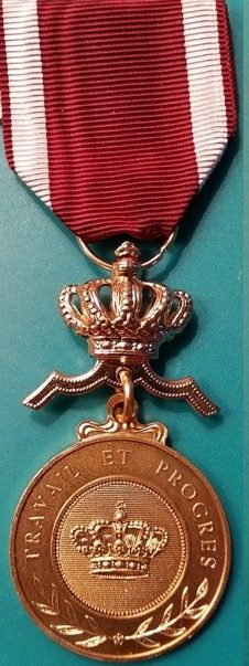 Аверс и реверс золотой медали Ордена Короны.