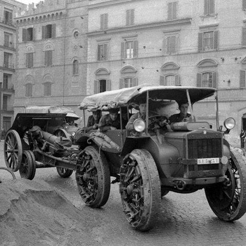 Тягач с орудием на улице города. 1940 г.