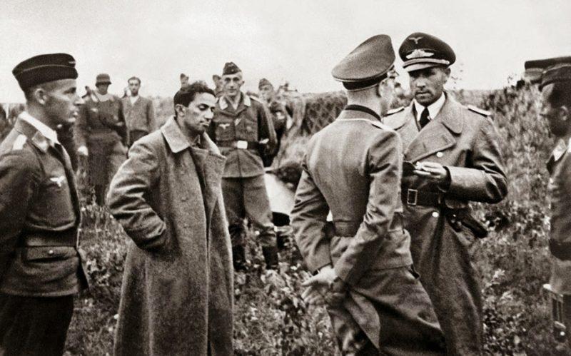 Яков в немецком плену. О подлинности фотографии до сих пор спорят.