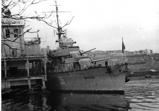 Военные корабли в бухте города. 1941 г.