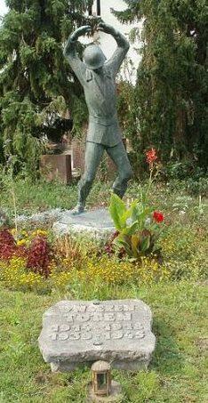 Коммуна Зандхаузен. Памятник погибшим землякам в обеих мировых войнах.