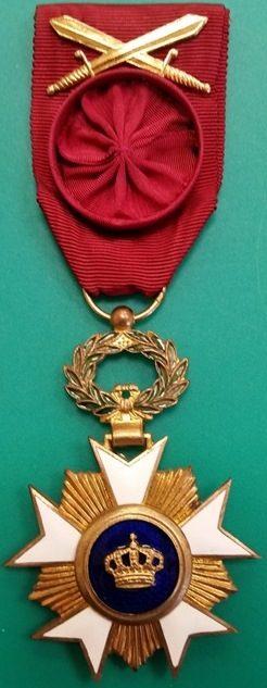 Аверс и реверс знака Офицера Ордена Короны.