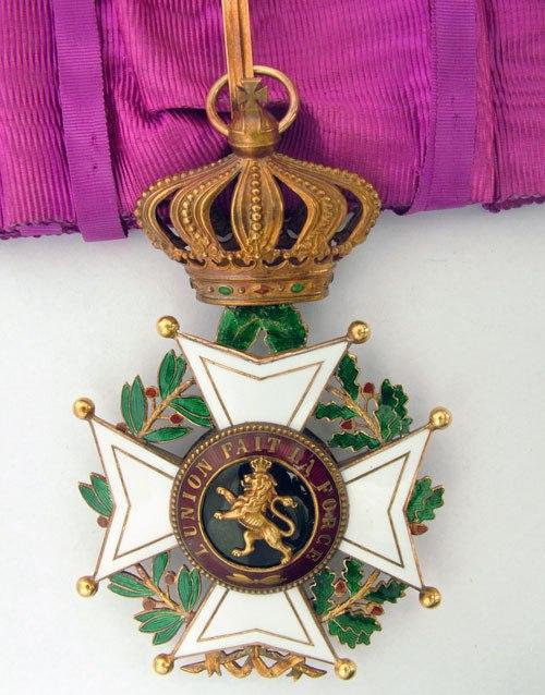 Знак Великого офицера Ордена Леопольда I на шейной ленте.