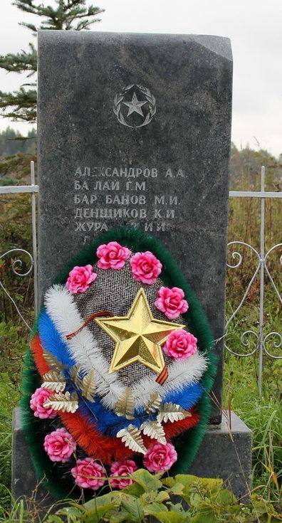 д. Заручевье Тихвинского р-на. Памятник, установленный на братских могилах, в которых похоронено 19 советских воинов, в т.ч. 10 неизвестных.