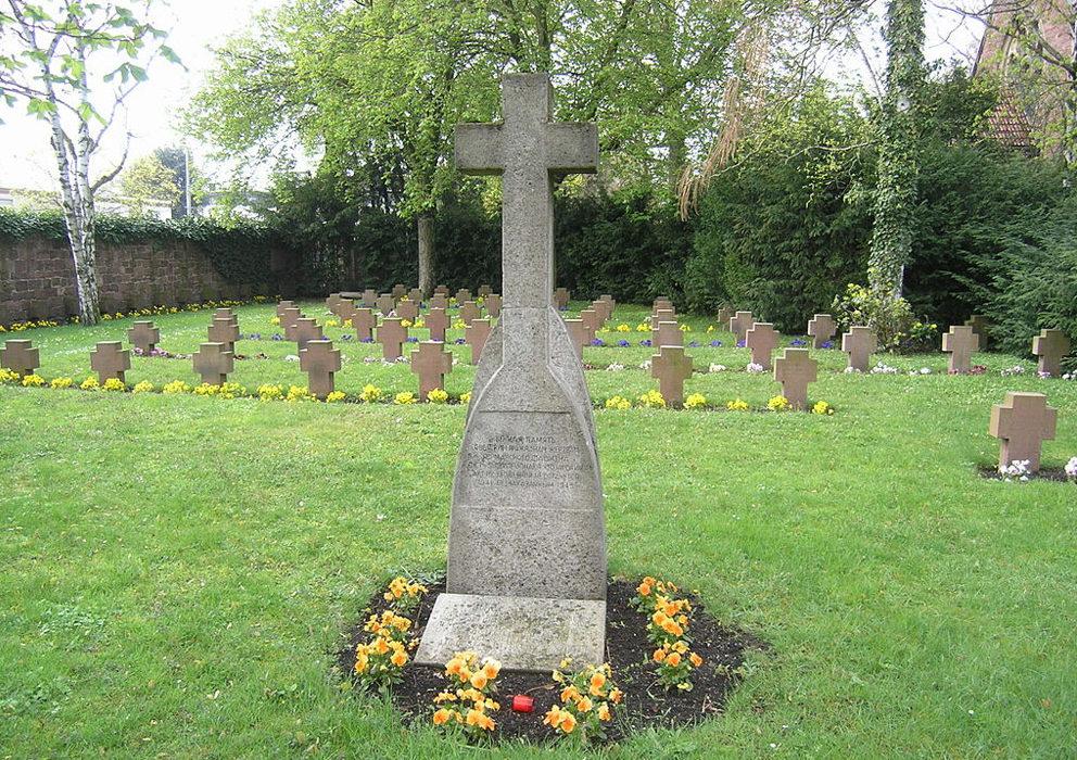 г. Карлсруэ. Памятник советским гражданам - жертвам фашизма был установлен на кладбище в 1988 году.