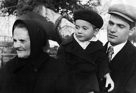 Матрена (Мария) Кузакова с сыном Константином и внуком.