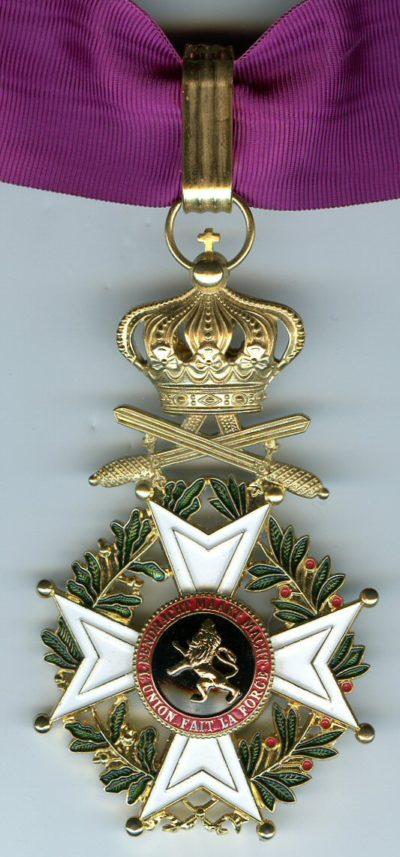 Знак Великого офицера Ордена Леопольда I с мечами на шейной ленте.