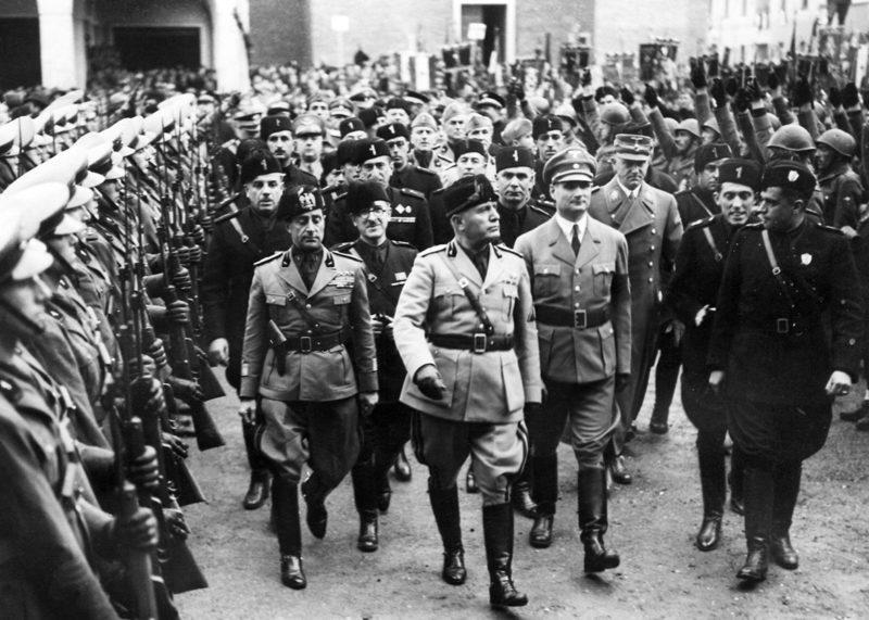 Бенито Муссолини среди итальянских фашистов. 1941 г.