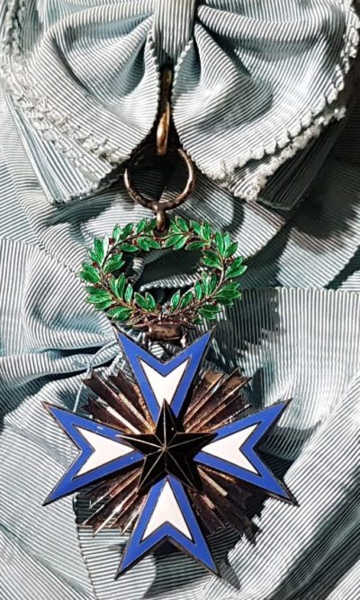 Знак Кавалера большого креста ордена Чёрной звезды на ленте-перевязи.