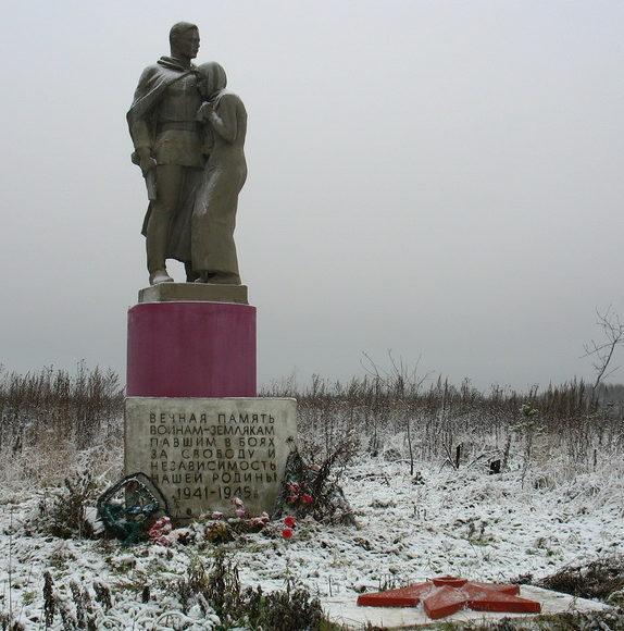 д. Низовка Лужского р-на. Памятник воинам-землякам погибшим в 1941-1945 годах.