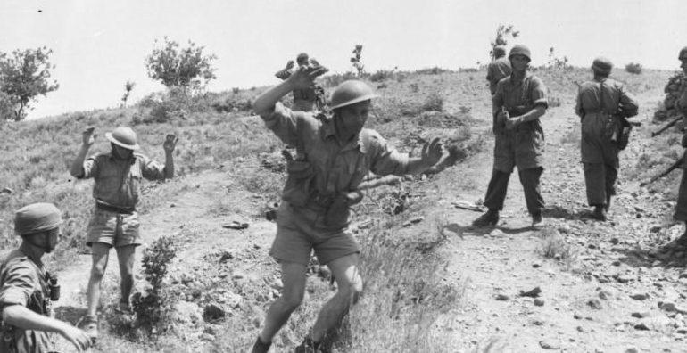 Британские солдаты здаются в плен на острове Крит. Май, 1945 г.