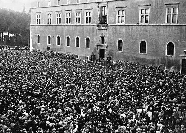 Митинг на площади Палаццо Венеция. 1941 г.