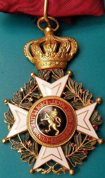 Знак Командора Ордена Леопольда I на шейной ленте.