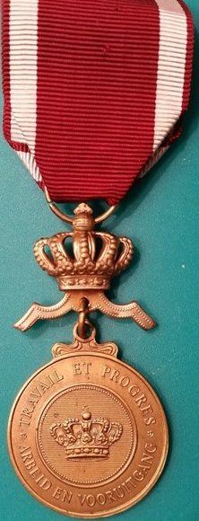 Аверс и реверс бронзовой медали Ордена Короны.