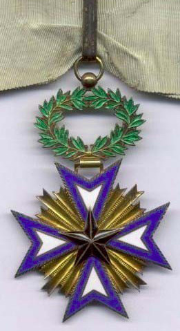 Золотой знак Великого офицера ордена Чёрной звезды на шейной ленте.