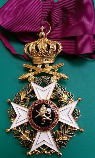 Знак Командора Ордена Леопольда I с мечами на шейной ленте.