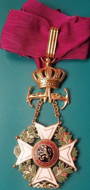 Аверс и реверс знака Командора Ордена Леопольда I с якорями на шейной ленте.