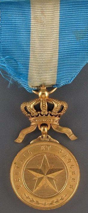 Аверс и реверс золотой медали ордена Африканской звезды.