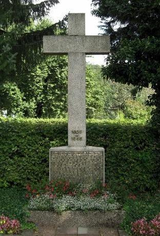 Коммуна Кляйнштайнбах муниципалитета Пфинцталь. Памятник жертвам Второй мировой войны.