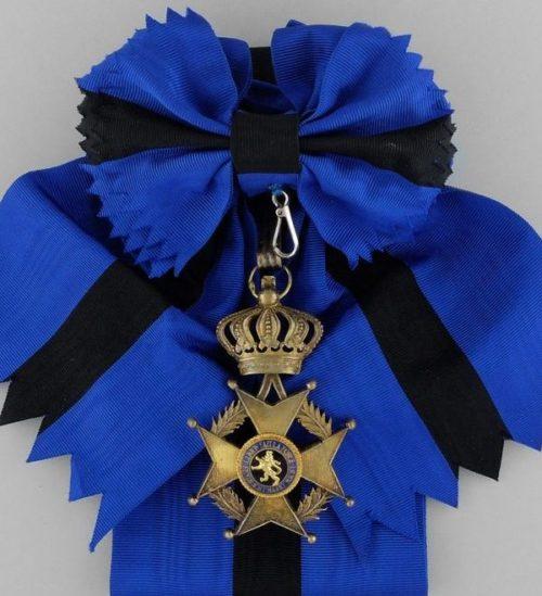 Знак Большого креста Ордена Леопольда II на ленте-перевязи.