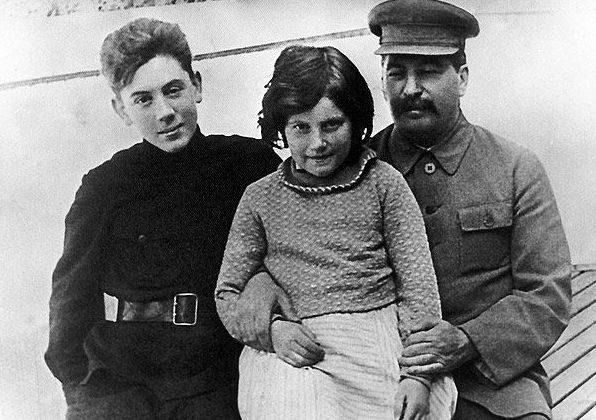 Сталин с детьми – Василием и Светланой.