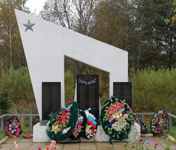 д. Коськово Тихвинского р-на. Памятник, на котором увековечено имена 122 погибших земляков.