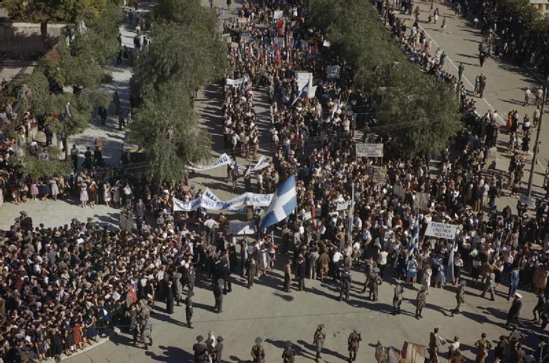 Афиняне празднуют освобождение города. Октябрь 1944 г.