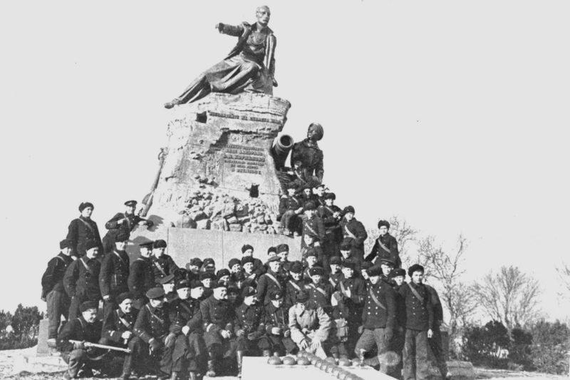Защитники города у памятника Корнилову. 1942 г.