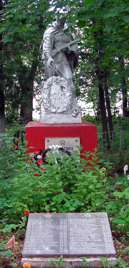 п. Оредеж Лужского р-на. Памятник, установленный на братской могиле, в которой похоронено 20 советских воинов.