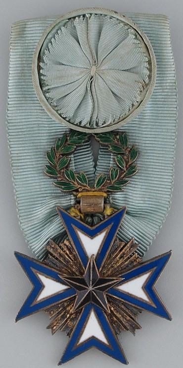 Аверс и реверс золотого знака Офицера ордена Чёрной звезды.