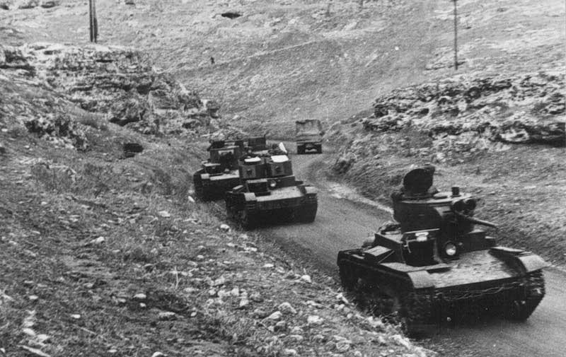 Танки выходят на позицию. 1942 г.
