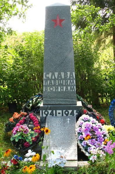 п. Оредеж Лужского р-на. Памятник, установленный на братской могиле, в которой похоронено 12 советских воинов, партизан и подпольщиков.