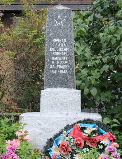 д. Липная Горка Тихвинского р-на. Памятник был установлен в 1966 году на братской могиле, в которой похоронено 24 советских воинов, в т.ч. 10 неизвестных.
