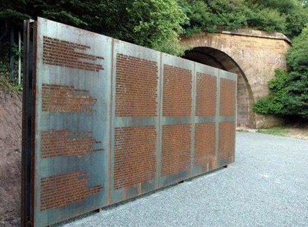 г. Леонберг. Памятник погибшим 374 заключенным, работавшим на подземном заводе.