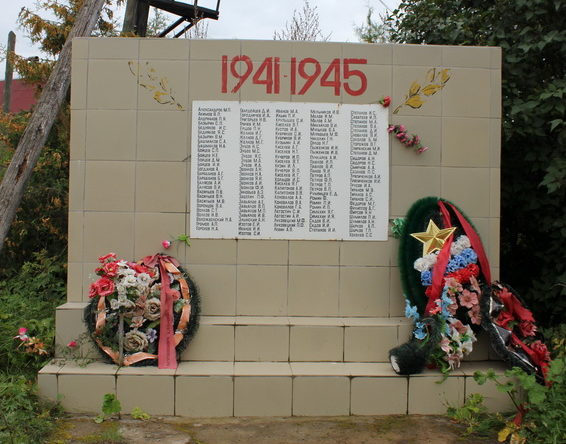 д. Липная Горка Тихвинского р-на. Памятник погибшим землякам.