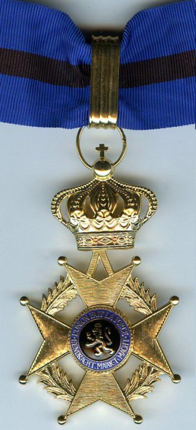 Знак Великого офицера Ордена Леопольда II на шейной ленте.