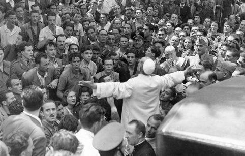 Папа Римский Пий XII на молитве с народом после бомбардировки Римского вокзала. Июнь 1943 г.