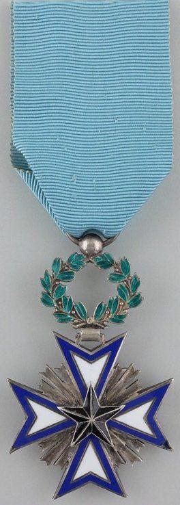 Серебряный знак Кавалера ордена Чёрной звезды.