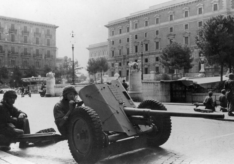 Немецкие парашютисты с орудием на улице Рима. Сентябрь 1943 г.