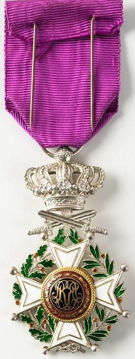 Аверс и реверс знака Кавалера Ордена Леопольда I с мечами.