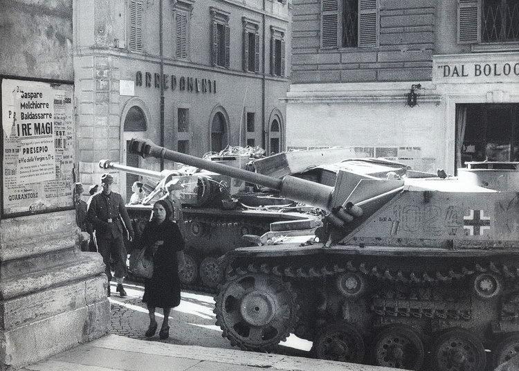 Немецкие САУ в городе. 1943 г.