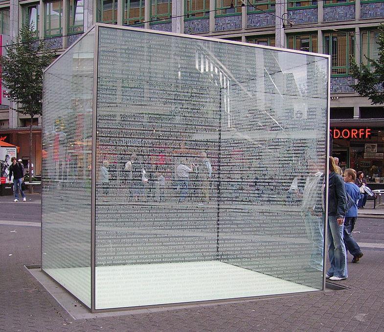 г. Мангейм. Памятник - стеклянный куб в память о Холокосте.